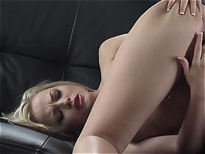 Alexis Texas likes thumping her thumbs in and out of her greasy honeypot