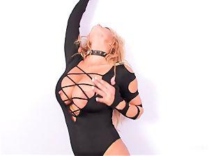 hotty Shyla Stylez bj's off a faux-cock