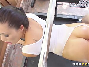London Keyes oily penetrate in a gym