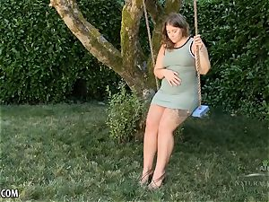 curvaceous lady Suzy spread her wooly puss outdoors